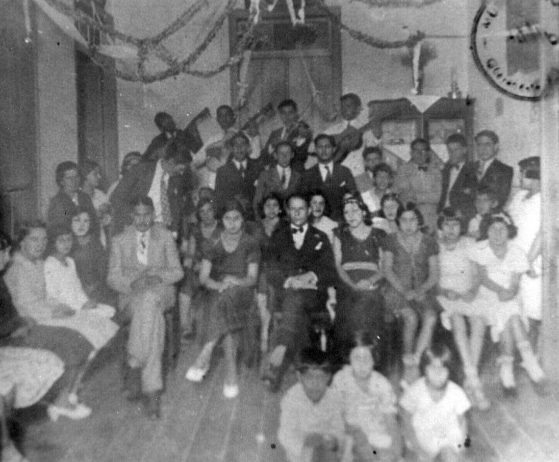 Baile de Carnaval em Guaranésia, com o sr. Érico Queiroz, na fila da frente, ao centro.
