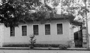 Fachada de casa demolida em  na Pça Cel. Fco. de Paula Ribeiro